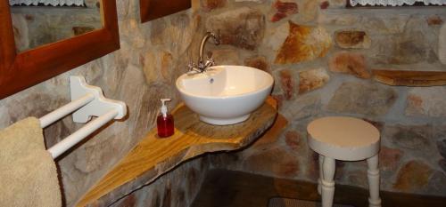 Cottage bathroom 3-min